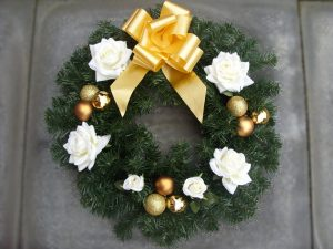 "18"" Wreath - White Roses, Gold Baubles & Gold Bow - £20.00"